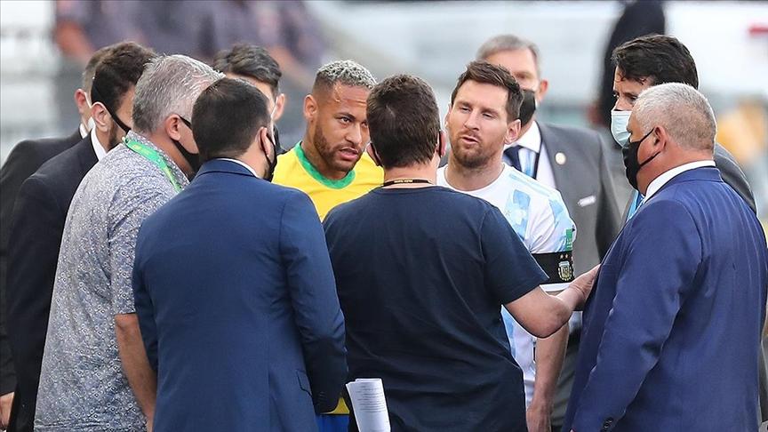 Breziya'da sağlık görevlilerinin sahaya girdiği Brezilya-Arjantin maçı ertelendi