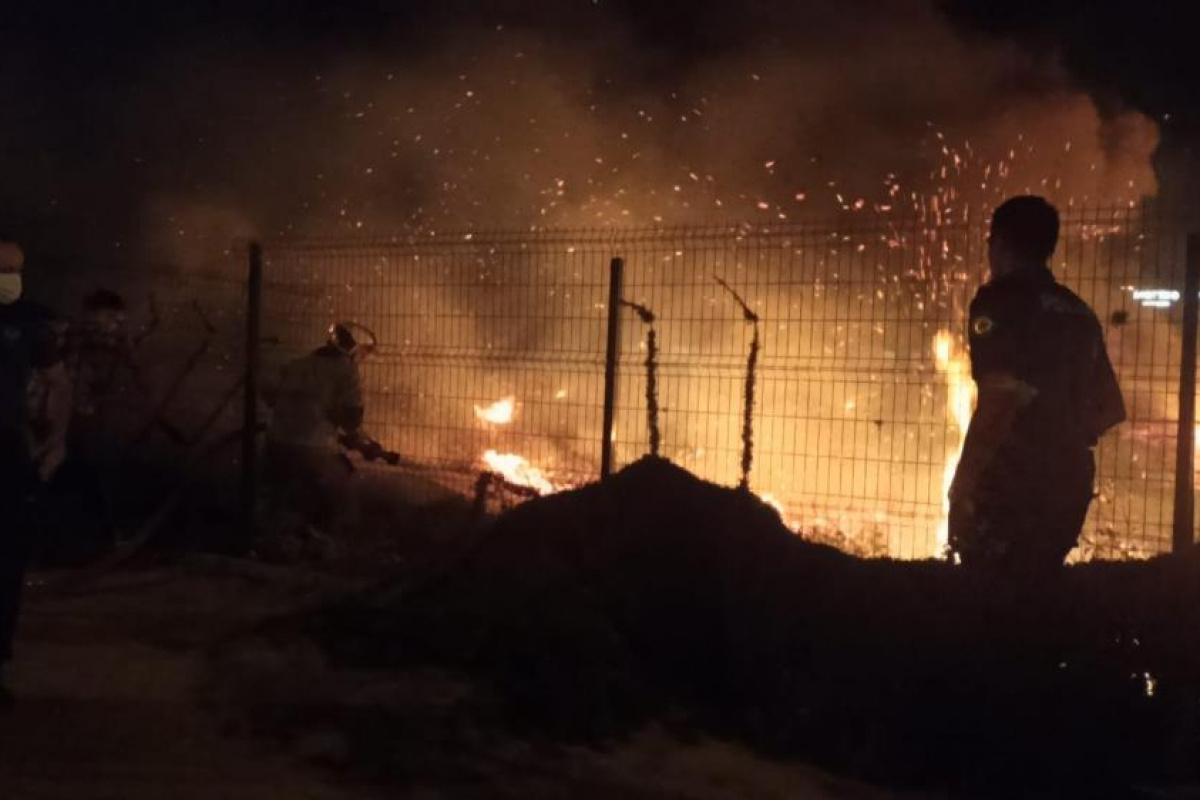 Bursa'da çalılık alanda çıkan yangın geceyi aydınlattı: Alevler tamir atölyesi ve yüksek gerilim hattına sıçradı