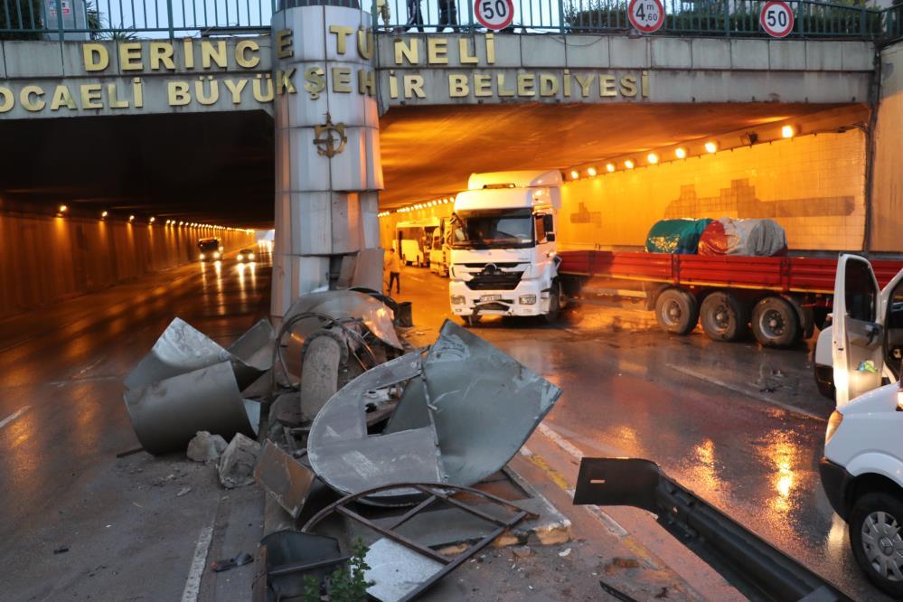 Kayganlaşan yolda 17 araç birbirine girdi: 4 yaralı