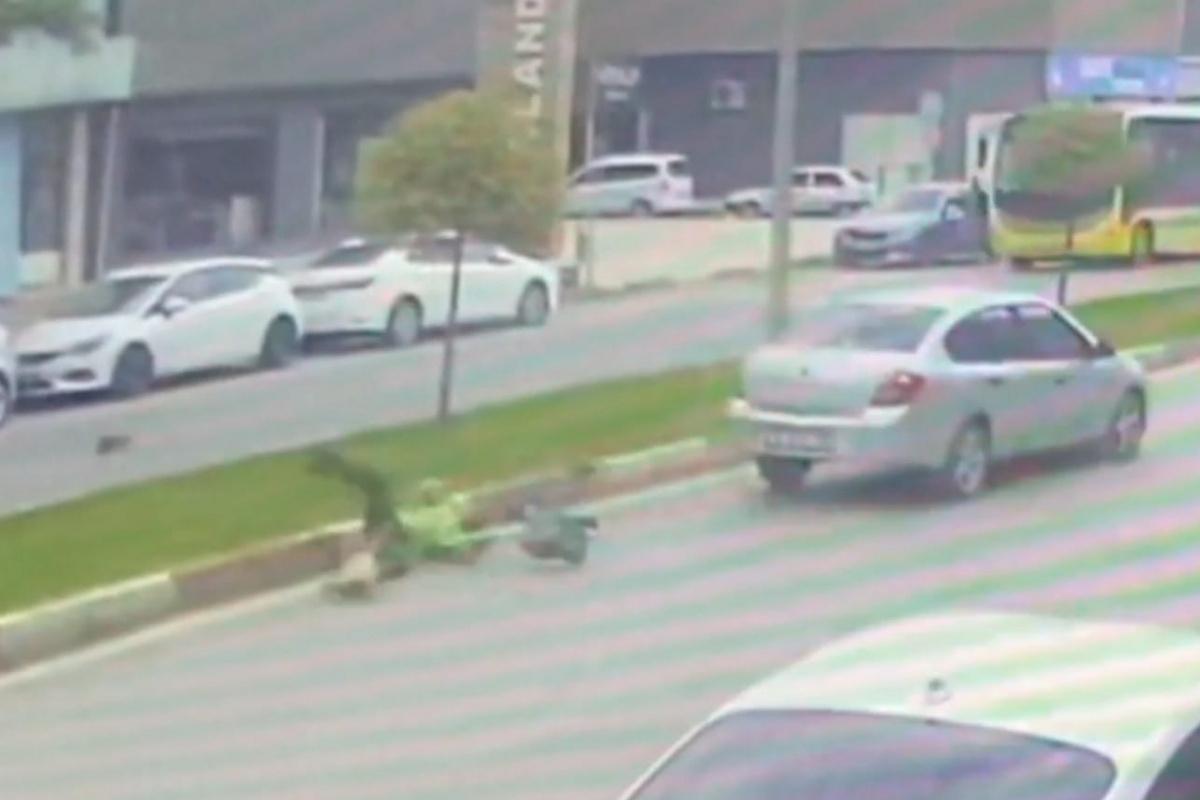 Otomobil; temizlik işçisine böyle çarptı