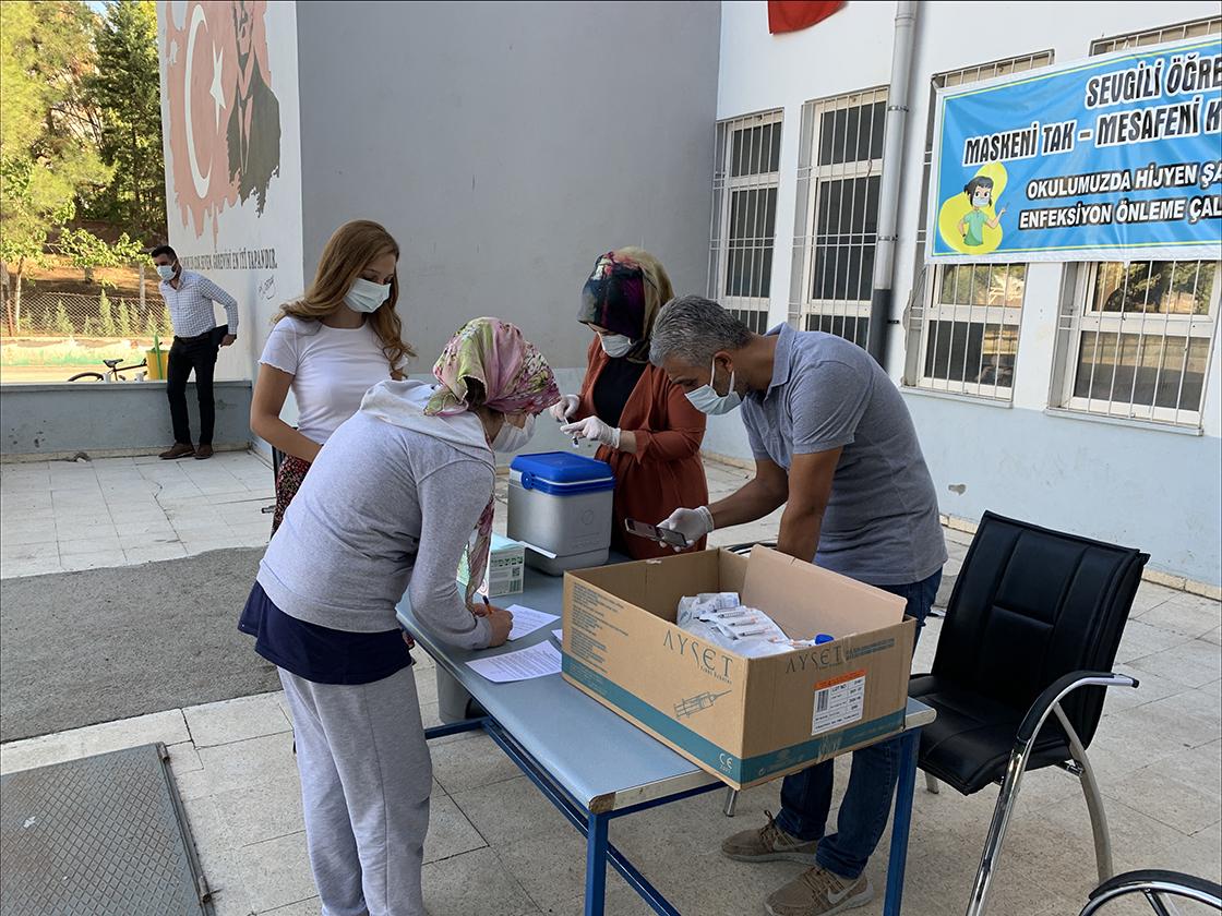 Adıyaman'da veli ve öğretmenler için okul bahçelerine aşı standı kuruldu