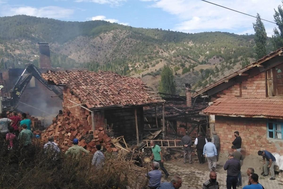 Çorum'da yangın: 2 ev, 1 samanlık yandı