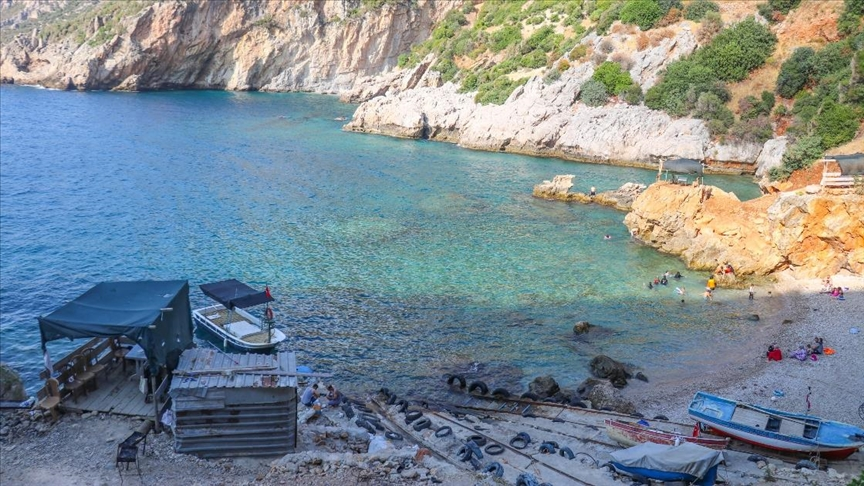 Akdeniz'de korsanların saklandığı Karamağara Koyu turist akınına uğruyor