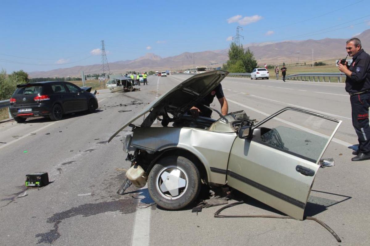 Erzurum'da feci kaza, araç ikiye bölündü:5 yaralı