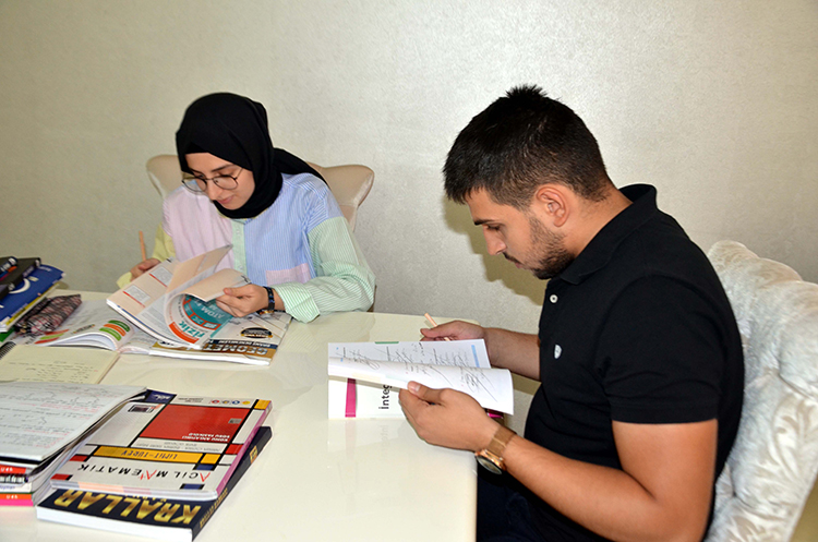 Muş'ta tıp fakültesini kazanan iki kardeş ailenin gururu oldu
