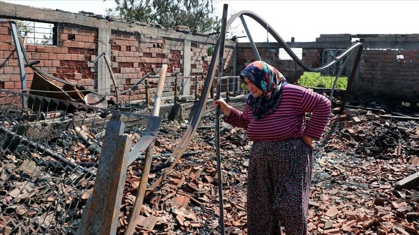 Manisalı besici kadın, yangında telef olan hayvanlarının başında gözyaşı döktü