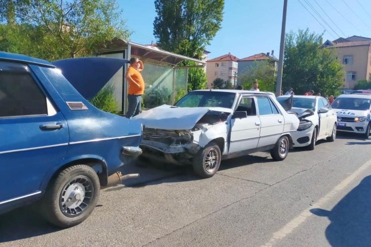 4 araç birbirine girdi: 1 kişi yaralandı