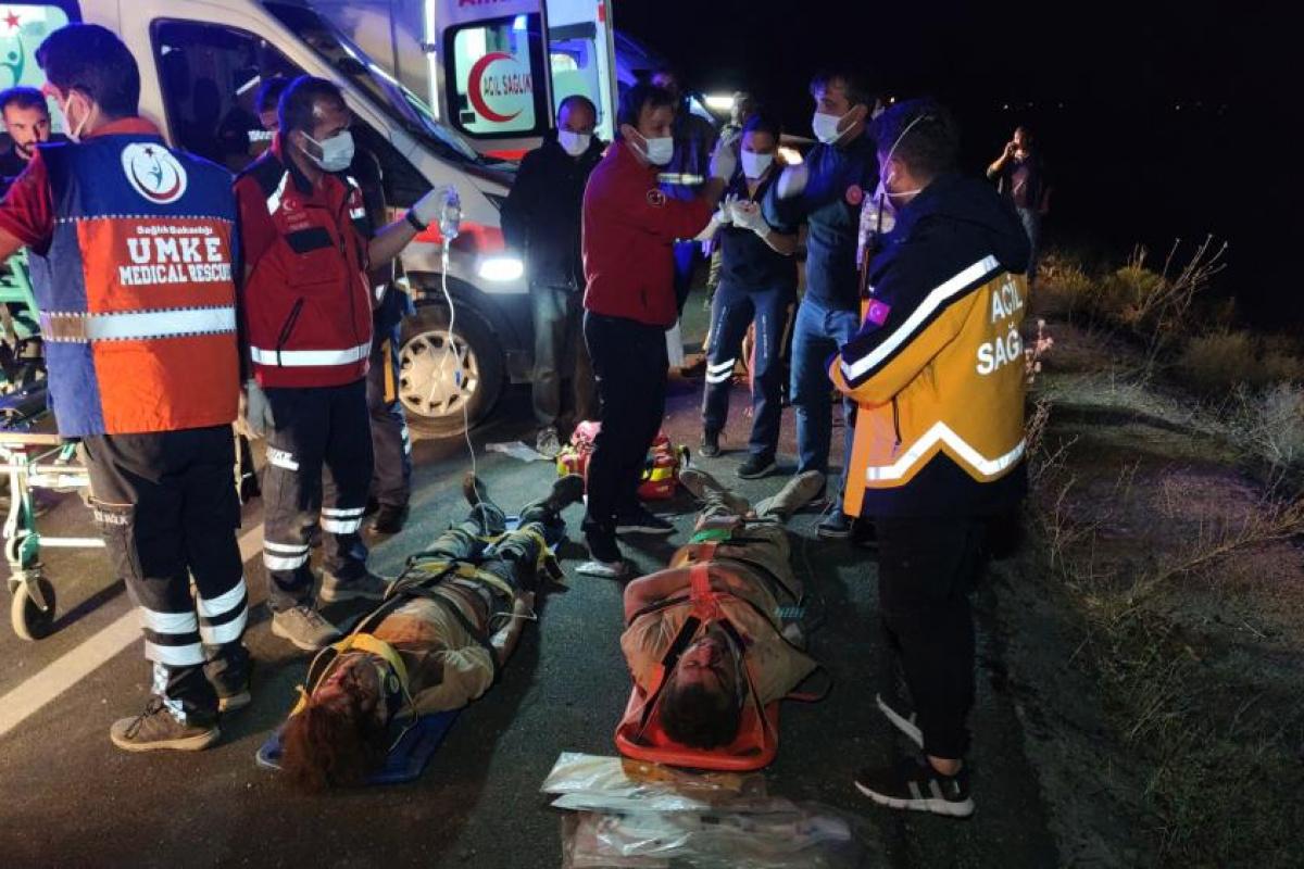 Kaçak mülteci taşıyan minibüs devrildi: 1 ölü, 15 yaralı
