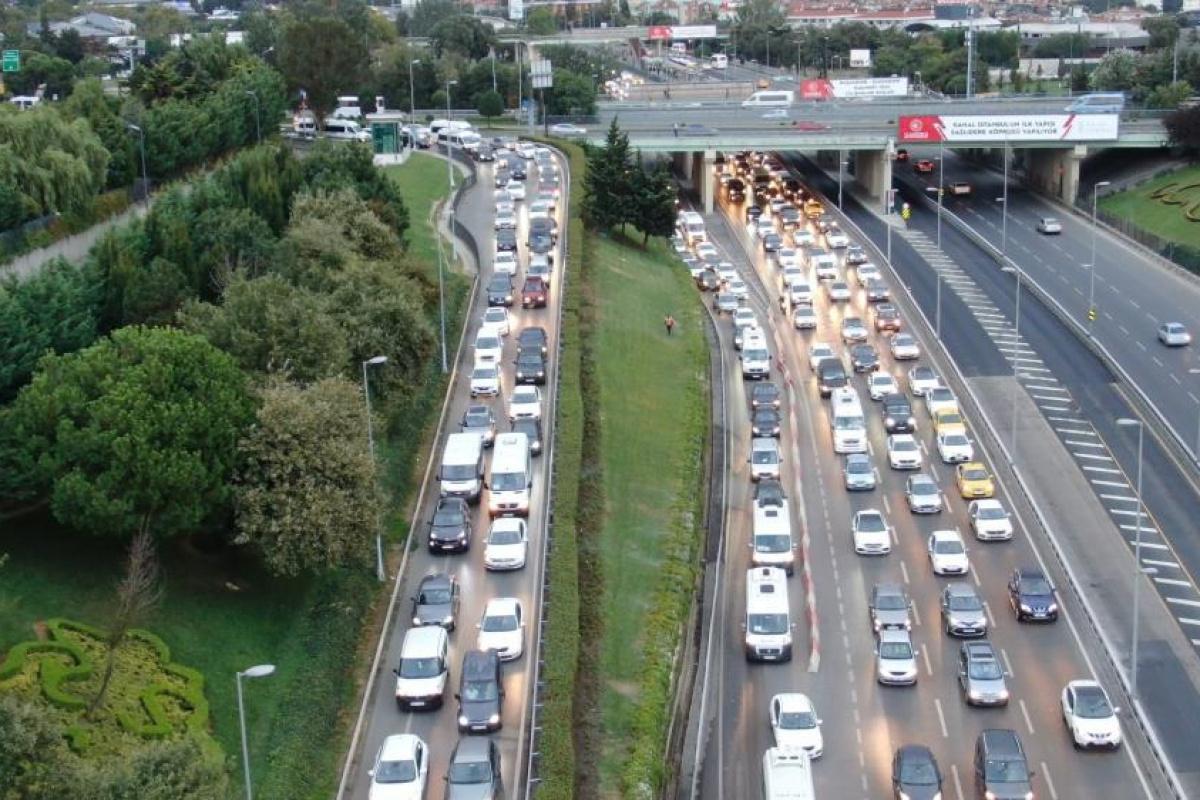 İstanbul'da servis araçları yola çıktı, trafik erken saatlerde başladı