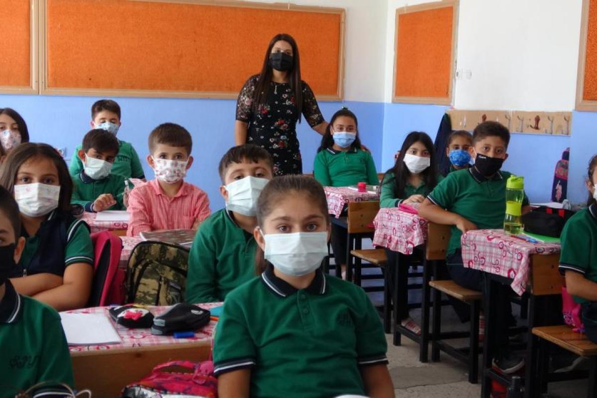 Klipli aşı çağrısı yapan minik öğrenciler yeniden okula kavuştu