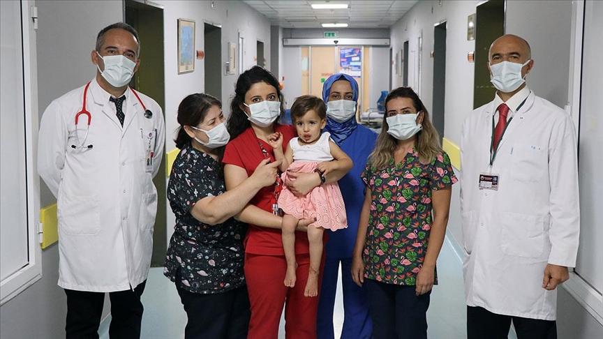 Karın duvarında keseyle doğan Hiranur bebek 4 saat süren ameliyatla hayata tutundu