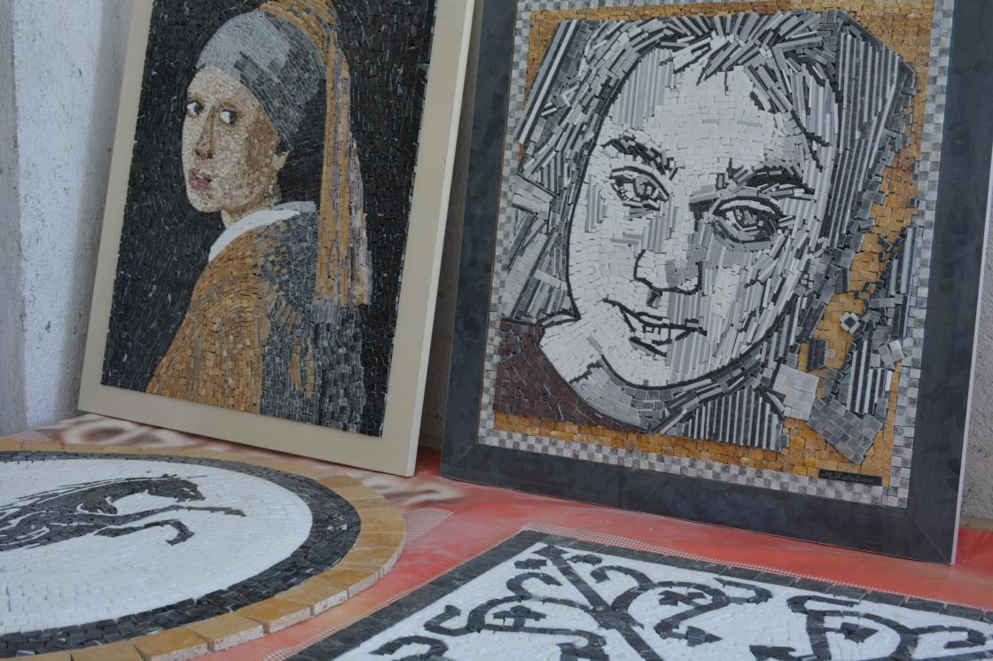 Emekli öğretmen evinin bodrumunda oluşturduğu atölyede mermerden mozaik tablolar yapıyor