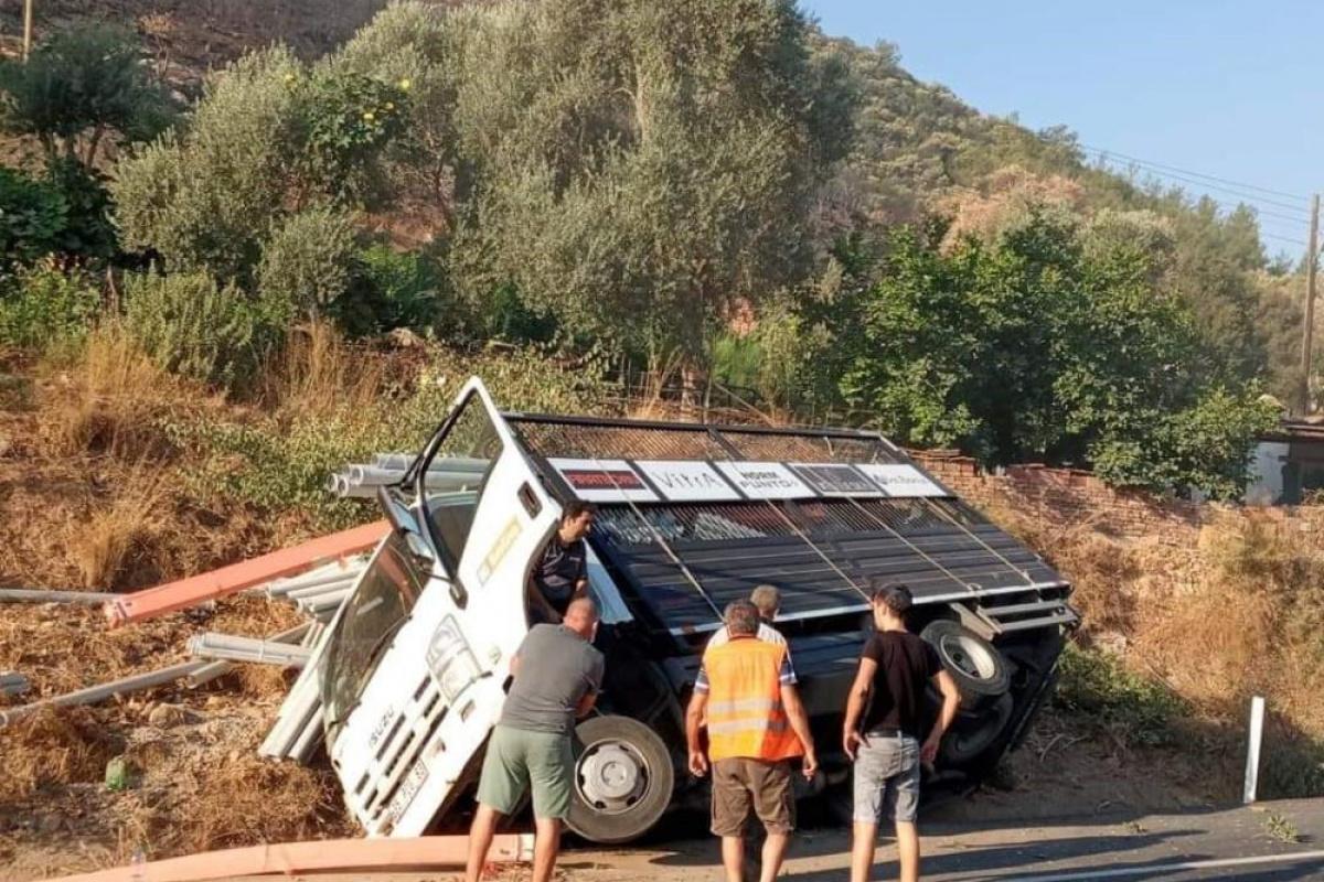 Kontrolden çıkan kamyon devrildi!