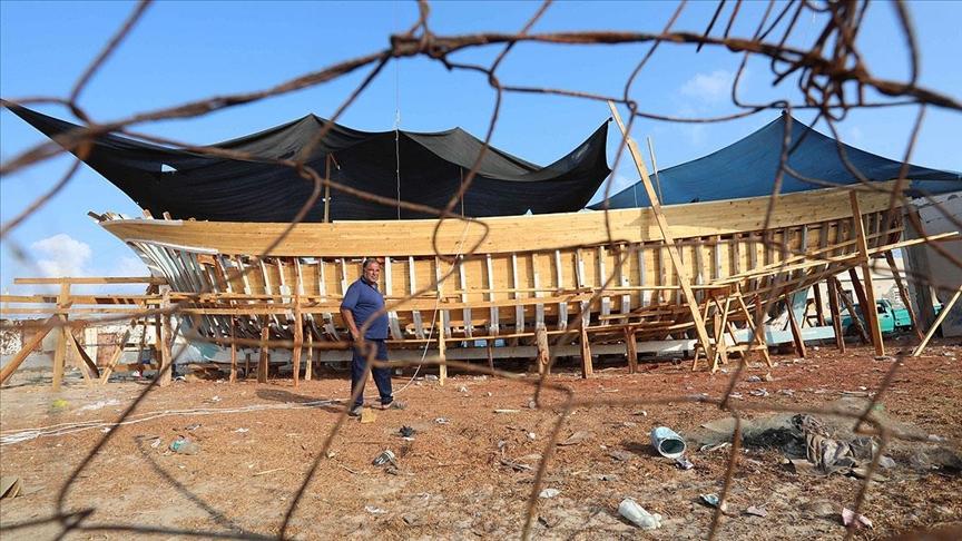 İsrail'in 15 yıllık ambargosuna rağmen Gazze'de zorluklar içerisinde 21 metrelik balıkçı teknesi inşa ediliyor