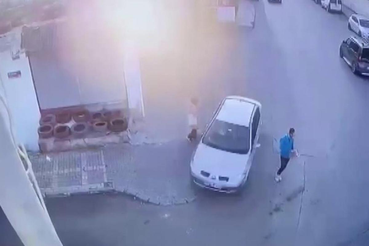 Ümraniye'de kontrolden çıkan otomobil iki kişiyi teğet geçip iş yerine çarptı