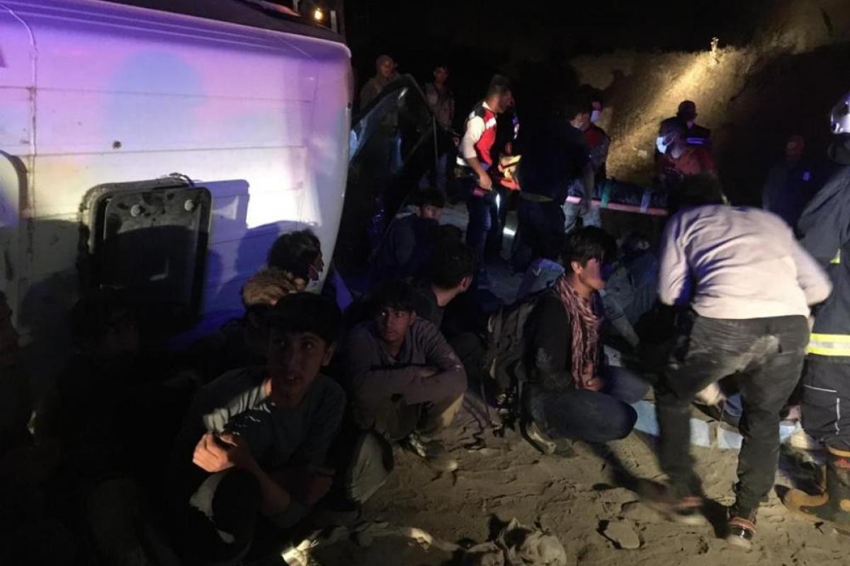 Kaçak mülteci taşıyan minibüs devrildi: 3'ü ağır, 9 yaralı