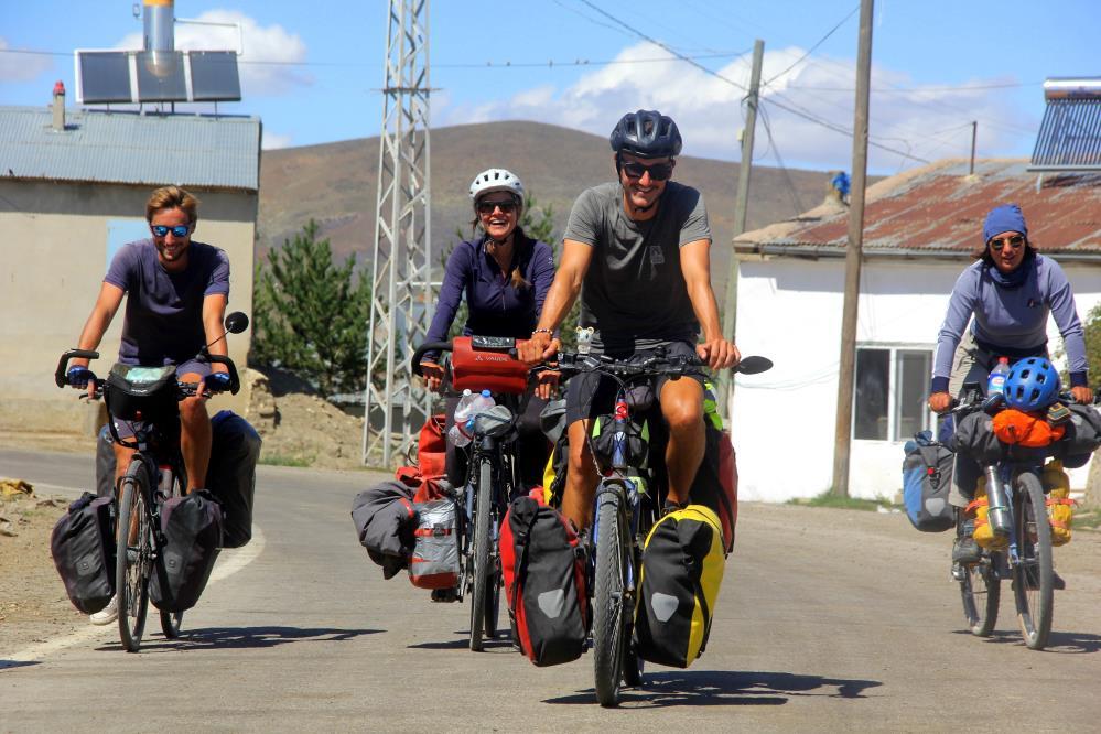 Fransız 6 arkadaş, bisikletlerle çıktıkları dünya turunda 10 bin kilometre pedal çevirip Bayburt'a geldiler