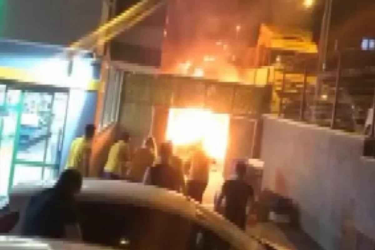 Bursa'da marketin karton deposu saniyeler içinde kül oldu