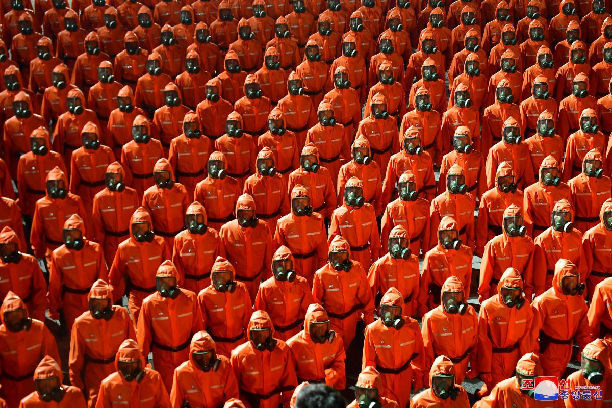 Kuzey Kore'nin kuruluşunun 73. yıl dönümünde 'koruyucu kıyafetli' geçit töreni