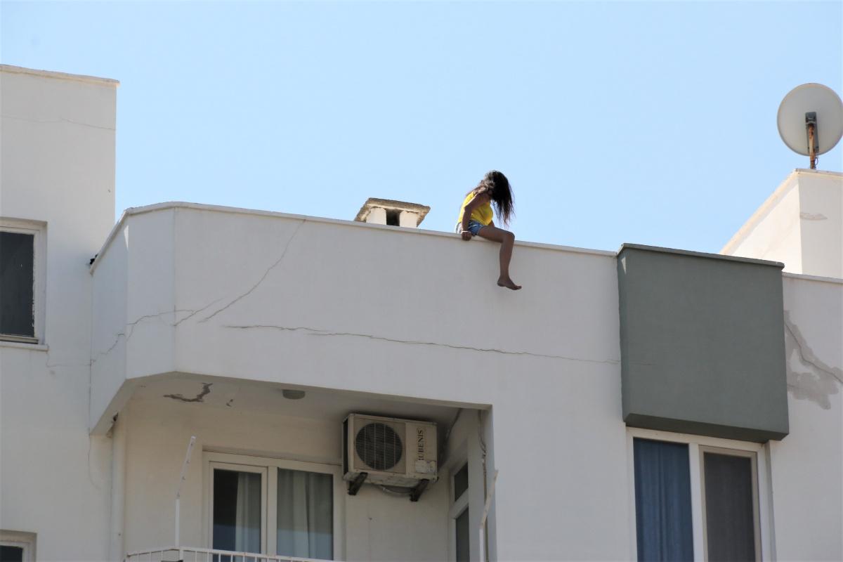 Erkek arkadaşından ayrılan genç kız çatıya çıktı, vatandaşlar film izler gibi izleyip kayıt aldı