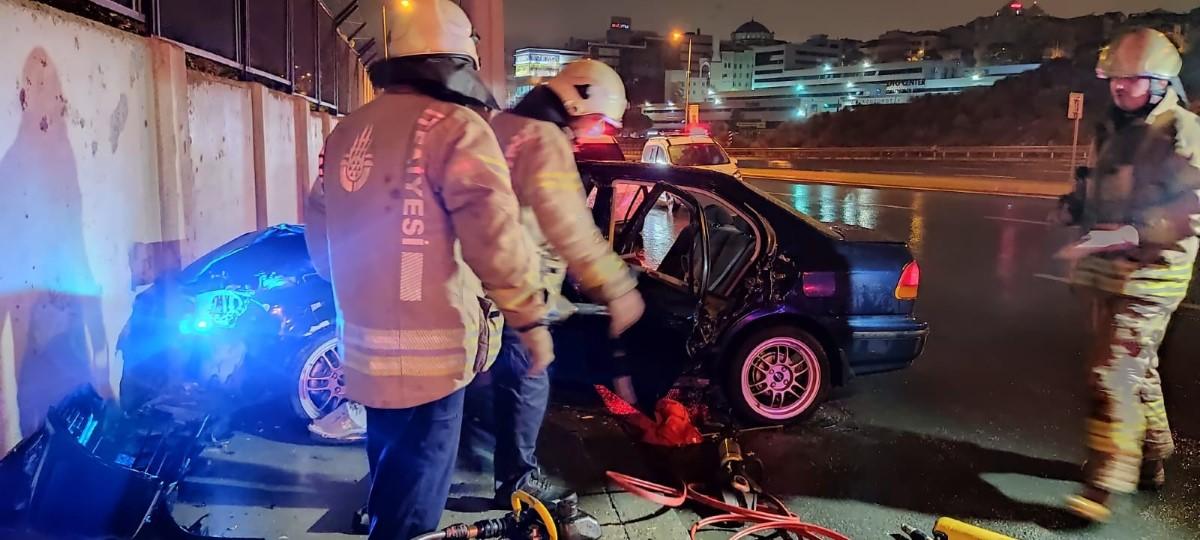 Direksiyon hâkimiyetini kaybeden sürücü istinat duvarı ile elektrik direğine çarptı