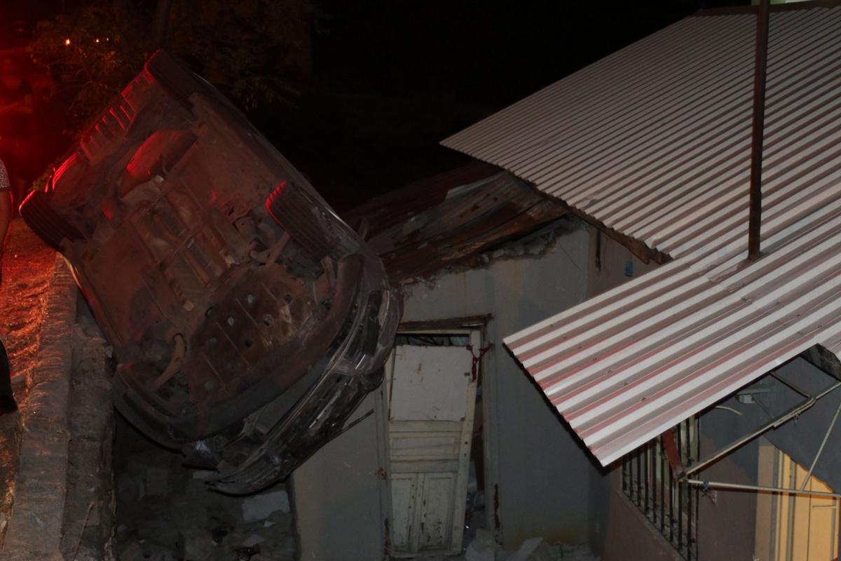 Kontrolden çıkan otomobil evin çatısına düştü