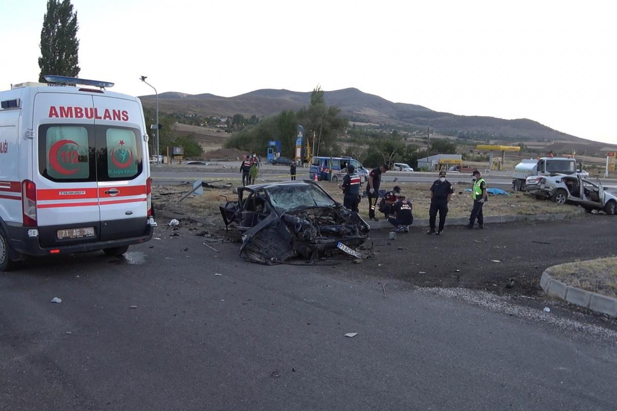 Kırıkkale'de feci kaza, iki otomobil çarpıştı: 6 ölü