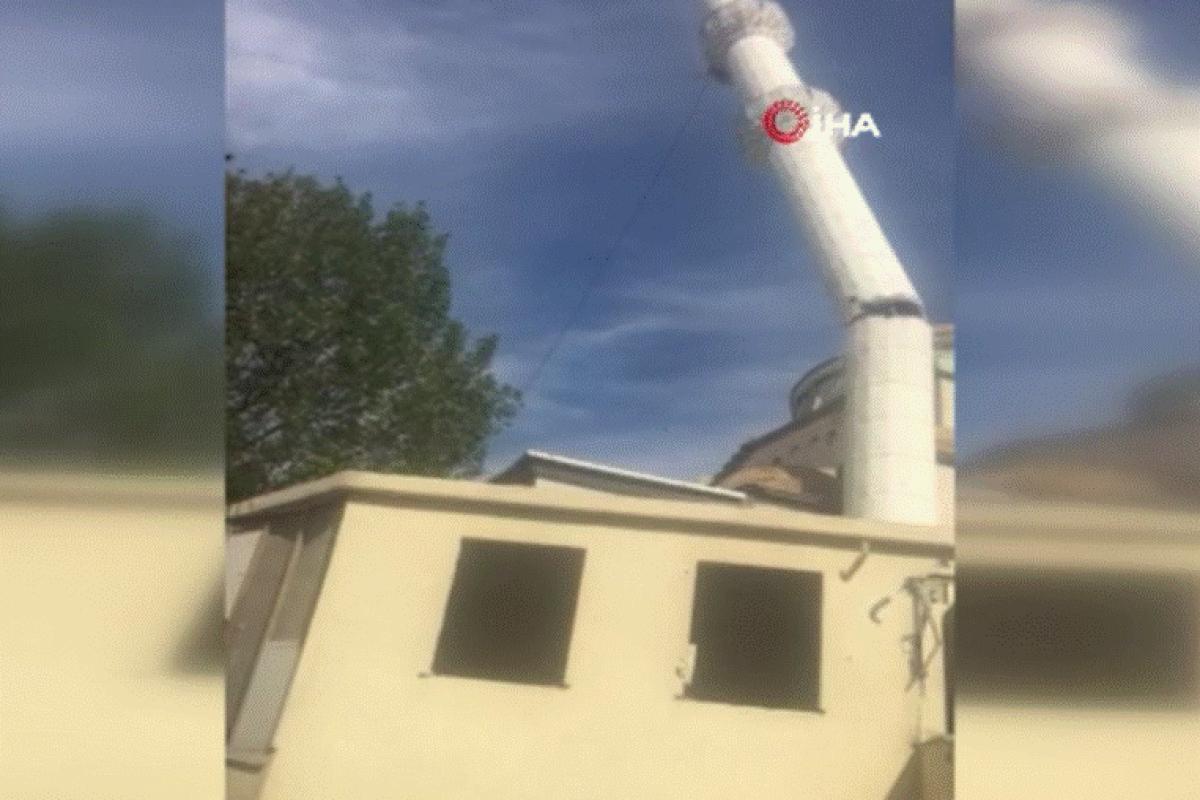Küçükçekmece'de bulunan Halkalı Yenidoğan Camisi'nin minaresi yıkıldı