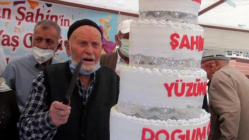 100 yaşında Kovid-19'u yenen Ramazan Şahin, 2 doz aşısını yaptırarak örnek oldu