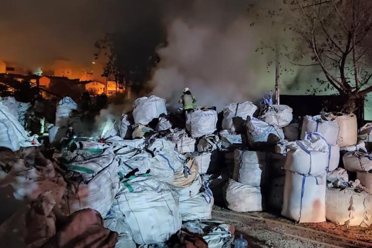 Geri dönüşüm fabrikasında çıkan yangın paniğe neden oldu