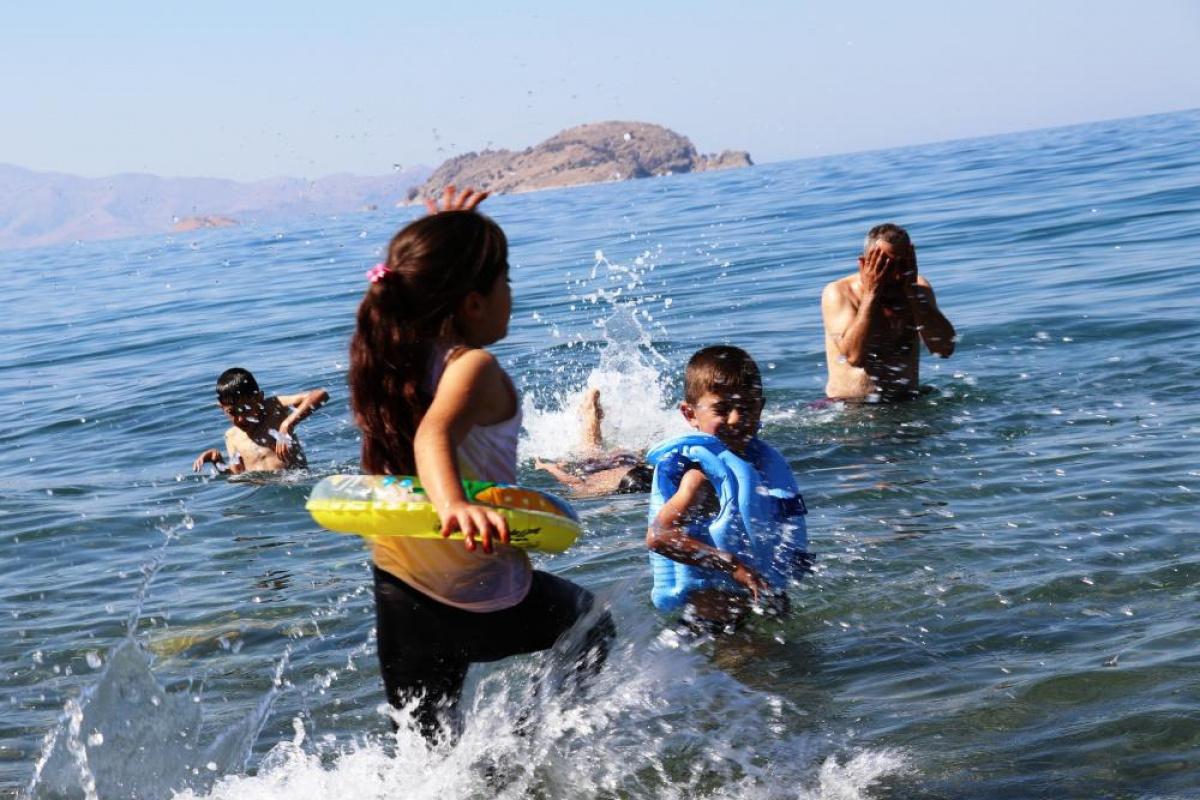 Eylül ayında Van Gölü'nde yüzme keyfi