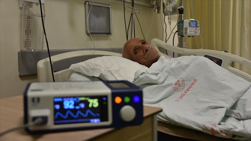 Tedavisi yoğun bakımda süren 73 yaşındaki Kovid-19 hastasından 'aşı olun' çağrısı