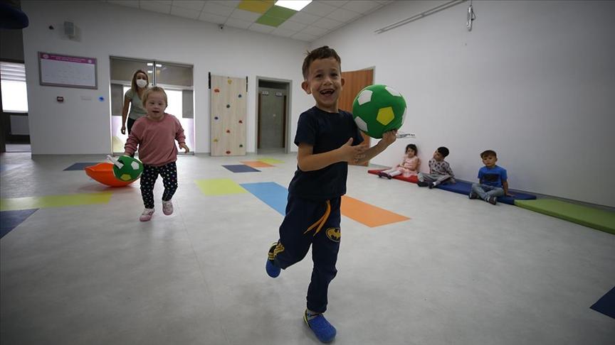 Özel gereksinimli çocuklar 'tersine kaynaştırma' sınıfında arkadaşlarıyla eğlenerek öğreniyor