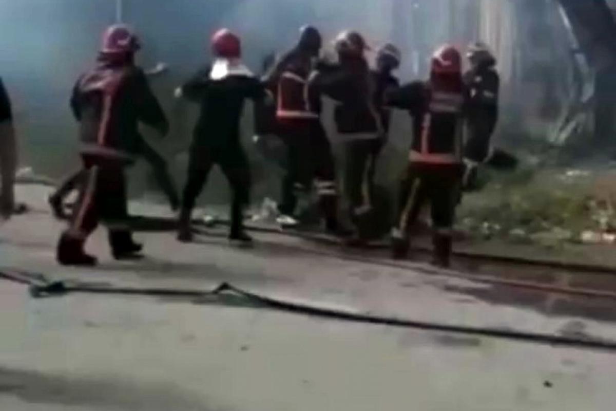 Yangın sonrası itfaiye erlerine çirkin saldırı