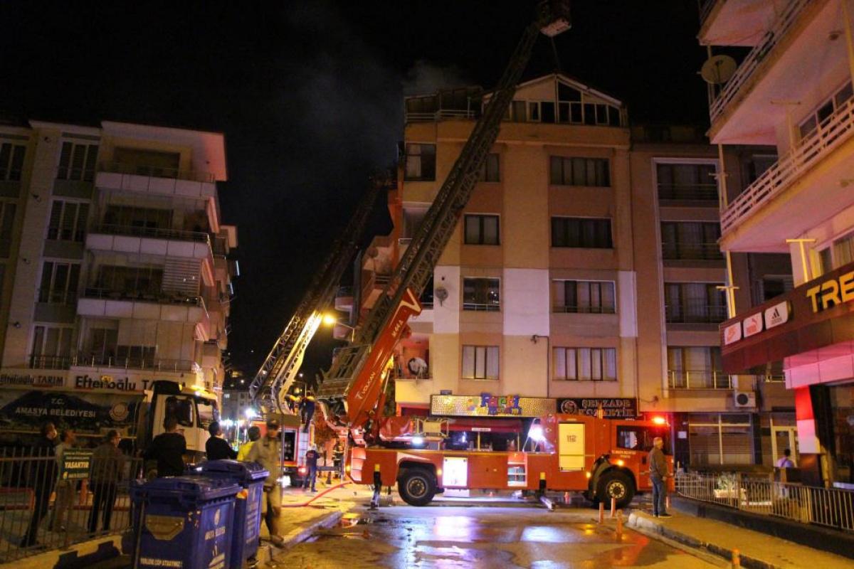 Karşı apartmandaki yangına balkondan hortumla müdahale etti