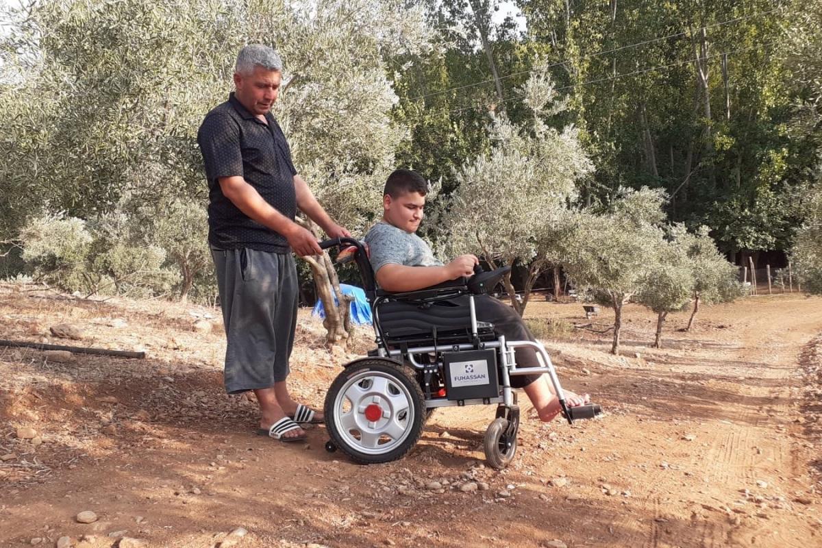 Doğuştan yürüme engelli Mehmet yol istiyor