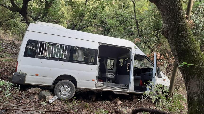 Osmaniye'de kamyonetle çarpışan öğrenci servisi dere yatağına devrildi: 10 yaralı