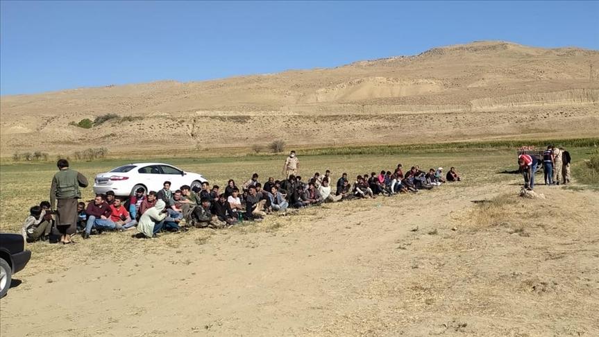 Van'da 14 kişi kapasiteli minibüse bindirilen 71 düzensiz göçmen yakalandı