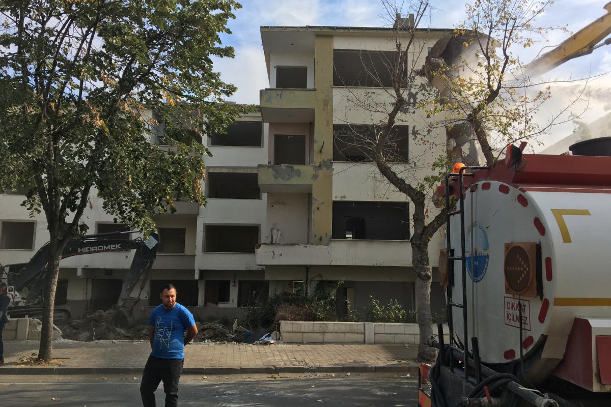 Büyükçekmece'de deprem riski taşıyan hasarlı binaların yıkımı sürüyor