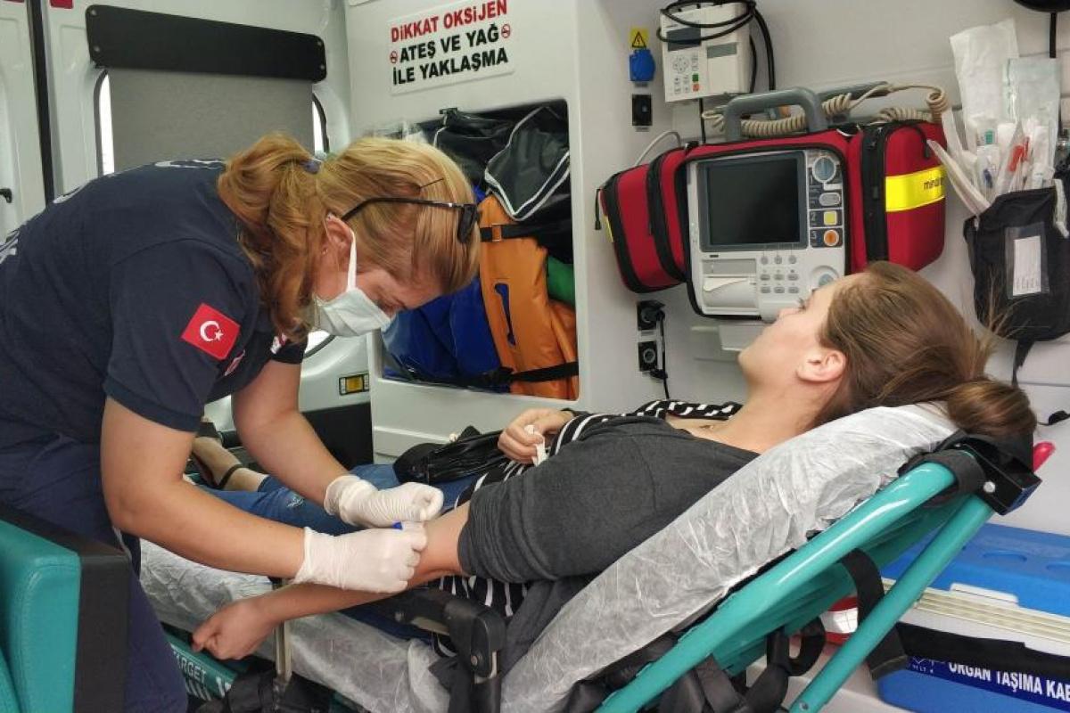 Tedaviye giderken hastaneye 100 metre kala kazada yaralandı