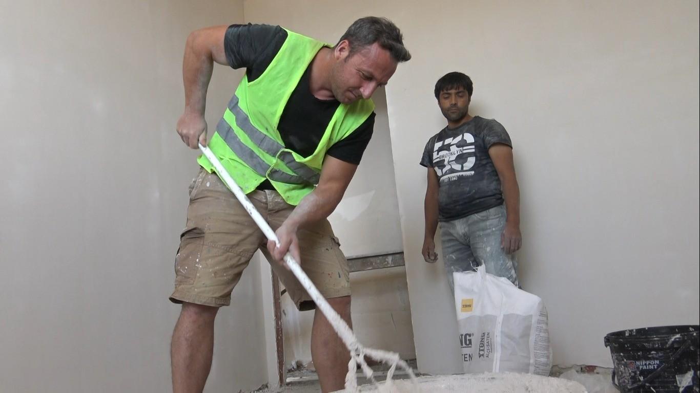 Öğrencilerine ayakkabı alabilmek için inşaatlarda amelelik yapıyor