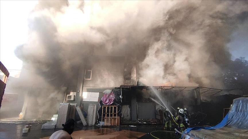 İstanbul'da yatak ve baza imalathanesinde çıkan yangın söndürüldü