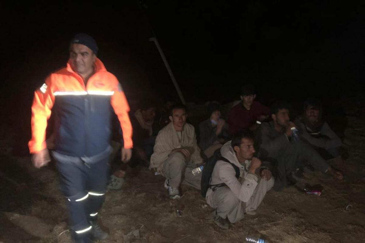 AFAD ve jandarma kayalıklarda mahsur kalan düzensiz göçmen için alarma geçti