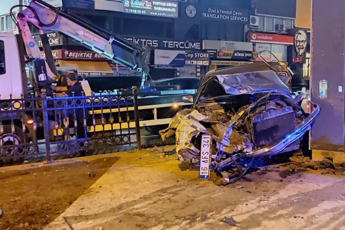 Beşiktaş'ta demir korkuluklara çarpan otomobil hurdaya döndü