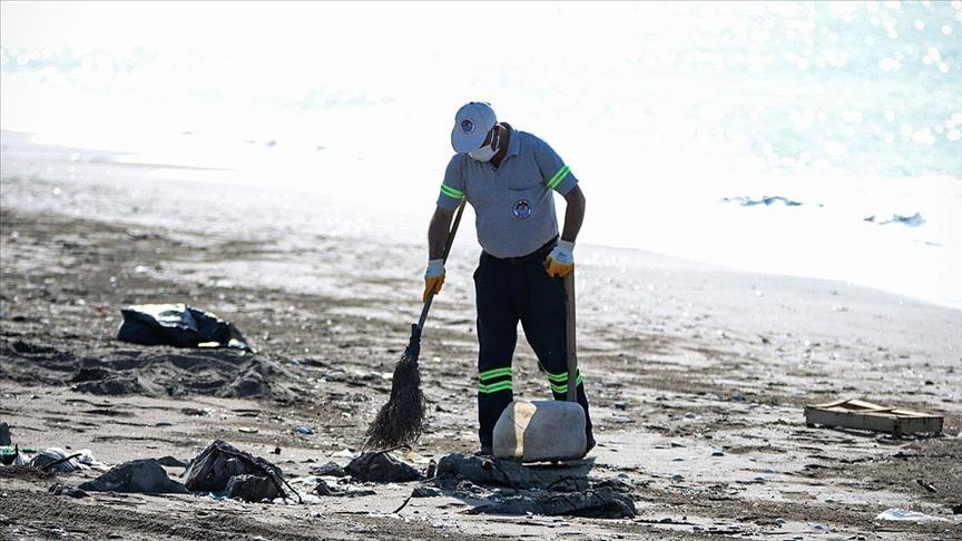 Mersin sahillerinde Suriye kaynaklı petrol sızıntısına ilişkin temizlik çalışmaları devam ediyor
