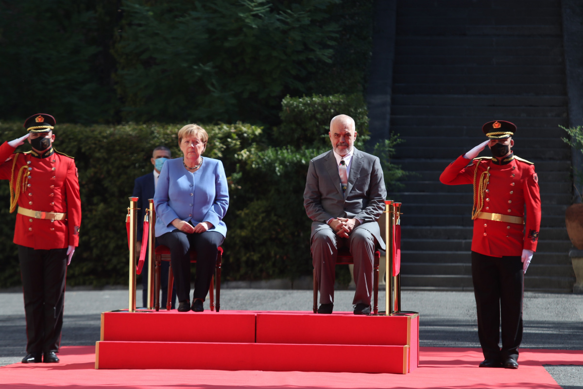 Merkel, Arnavutluk'taki resmi törene oturarak katıldı
