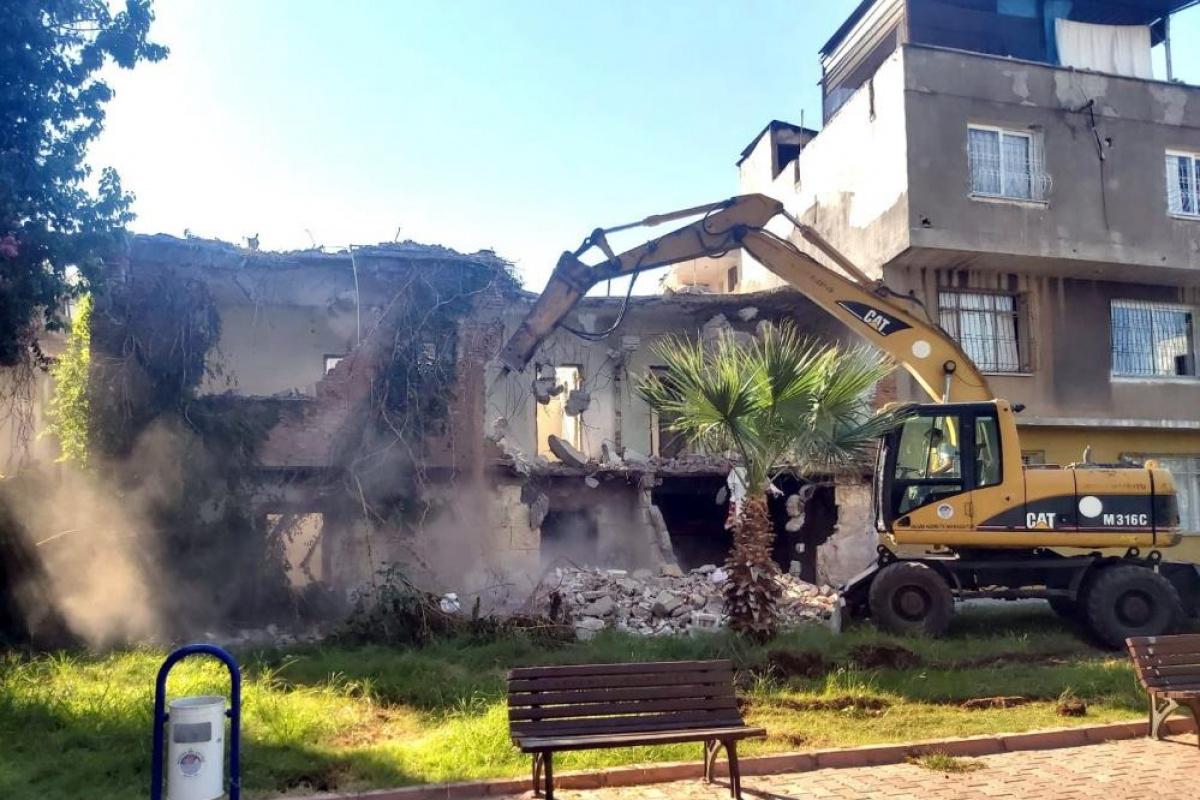 Akdeniz'de tehlike oluşturan binalar yıkılıyor