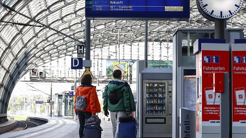 Almanya'da demir yolu şirketiyle makinistler, siyasilerin müdahalesiyle anlaştı