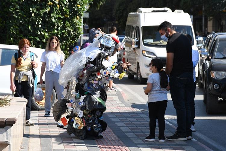 Atıklardan tasarlanan kostümle gezen tiyatrocudan 'çöp atmayın' mesajı