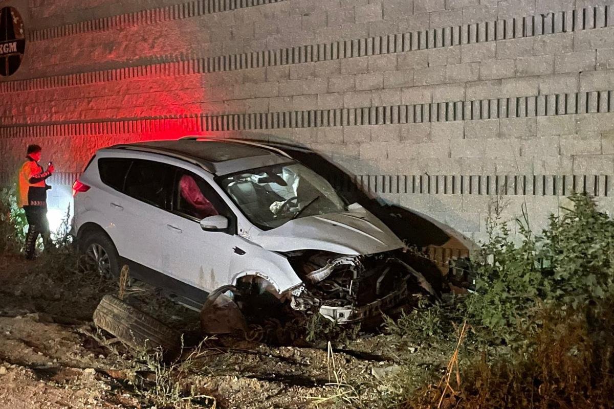 Bursa'da duvara çarparak kaza yaptı, kız arkadaşını bırakarak yaralı halde kaçtı